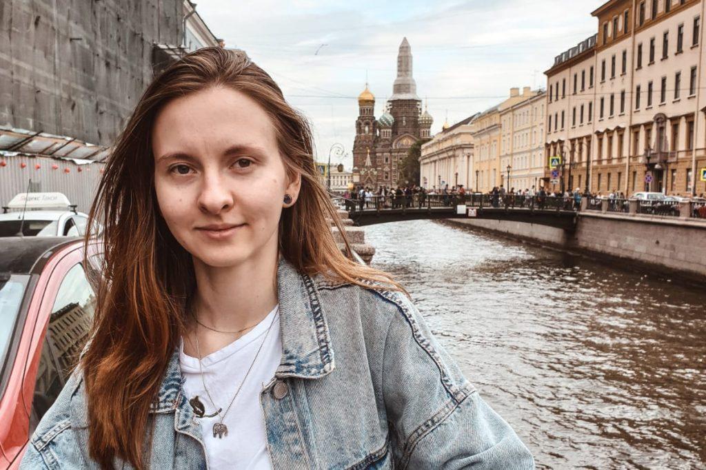 Евгения Евграшкина работает на фрилансе SMM-менеджером и дизайнером в сфере IT и виртуальной реальности