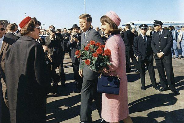 Жаклин Кеннеди в розовом костюме, Джон Кеннеди
