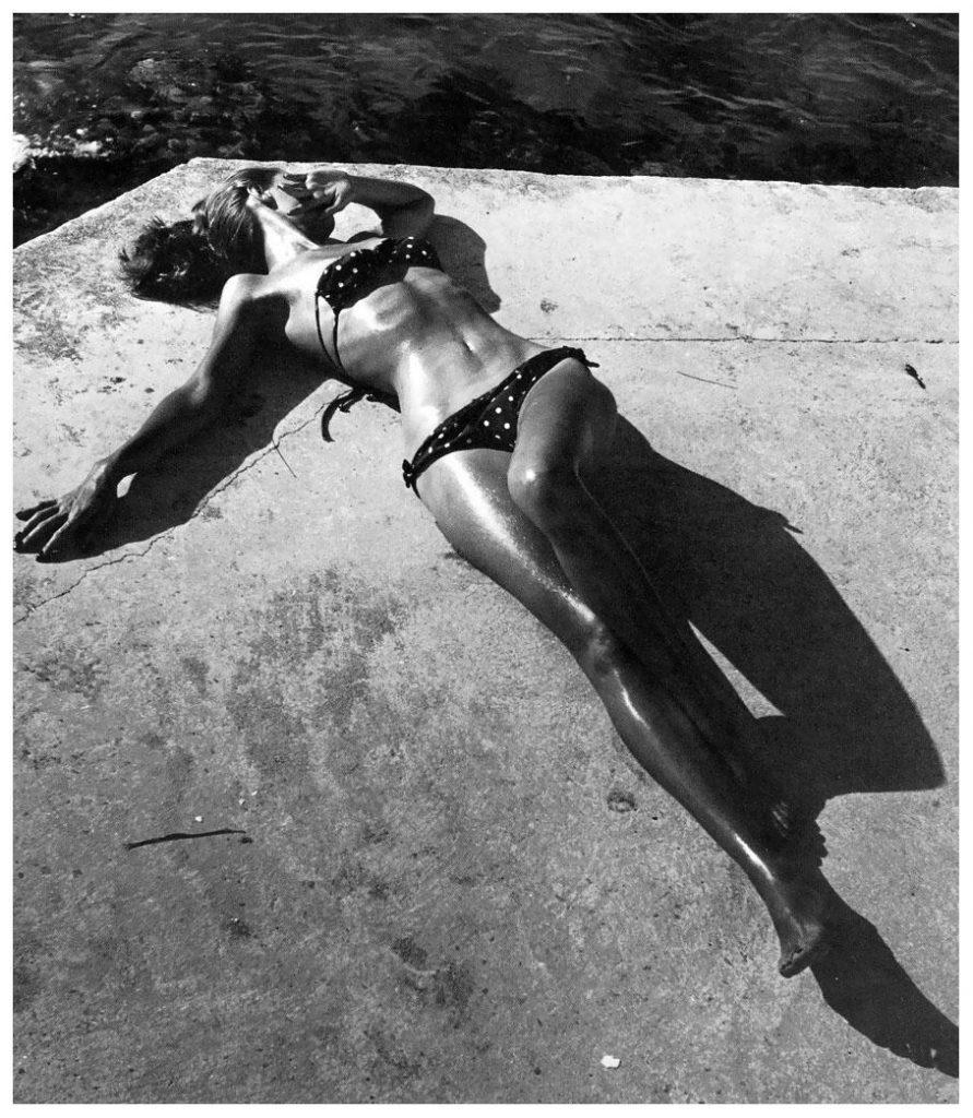 Девушка в бикини на страницах Harper's Bazaar