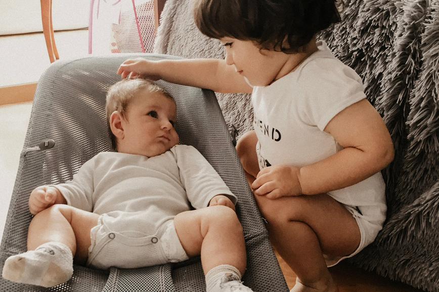 Леон с младшим братом Робертом, у которого синдром Прадера — Вилли