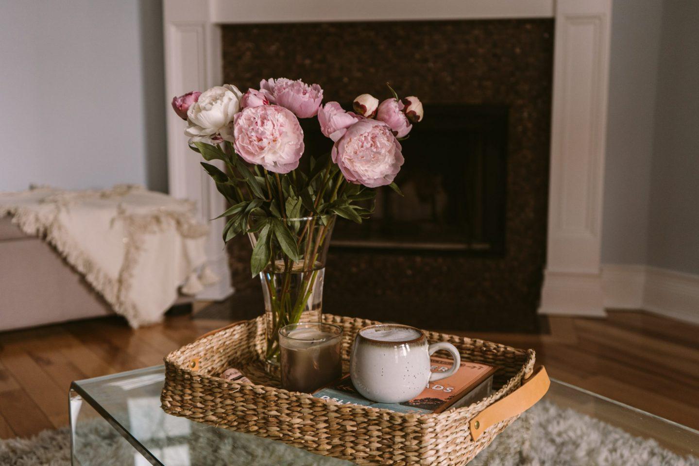 Идеи для интерьера: подносы и плетёные корзинки