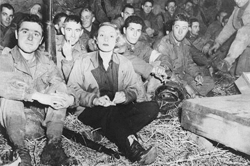 Марлен Дитрих где-то во Франции во время военных гастролей