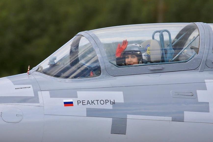 девушка пилот самолёта