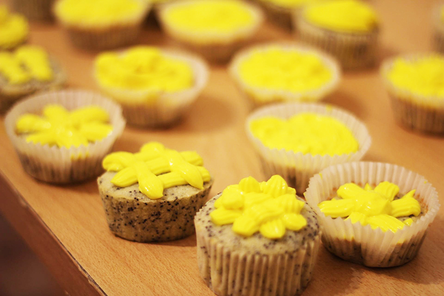 Необычные новогодние рецепты: лимонно-маковые капкейки