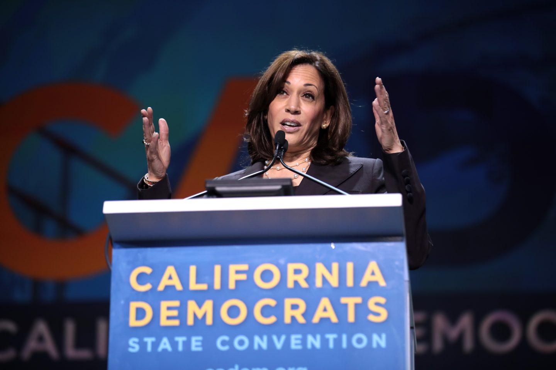 Харрис выступает на съезде Демократической партии Калифорнии в 2019 году