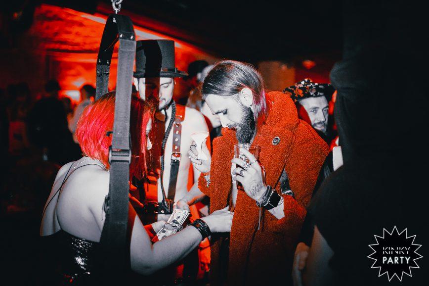 Секс-вечеринки — это не про оргию, а про эстетику, особую атмосферу, которая помогает самопознанию.