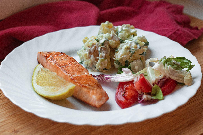 Жареный лосось с тёплым картофельным салатом