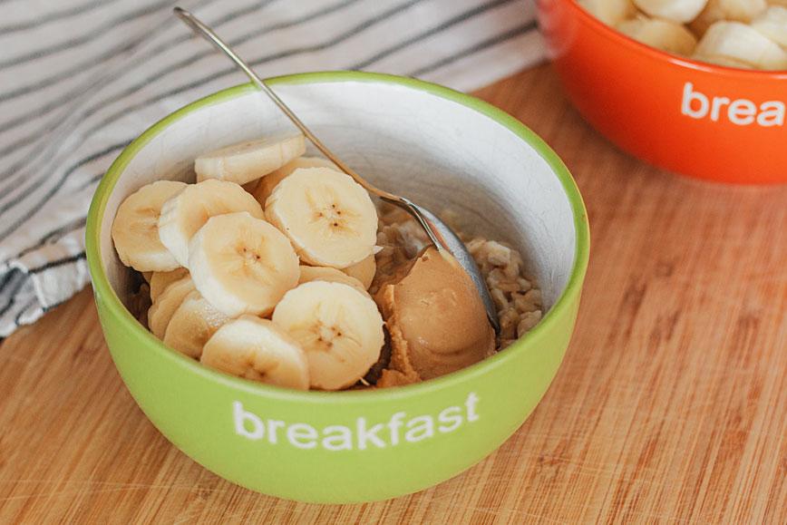 рецепты овсянки: овсянка с бананом и арахисовой пастой