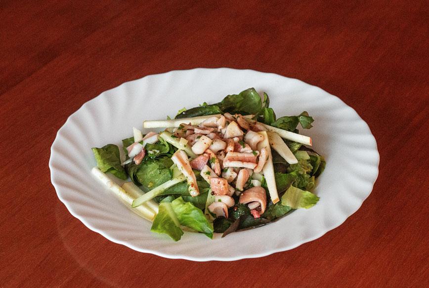 Тёплый салат из кальмаров и яблок