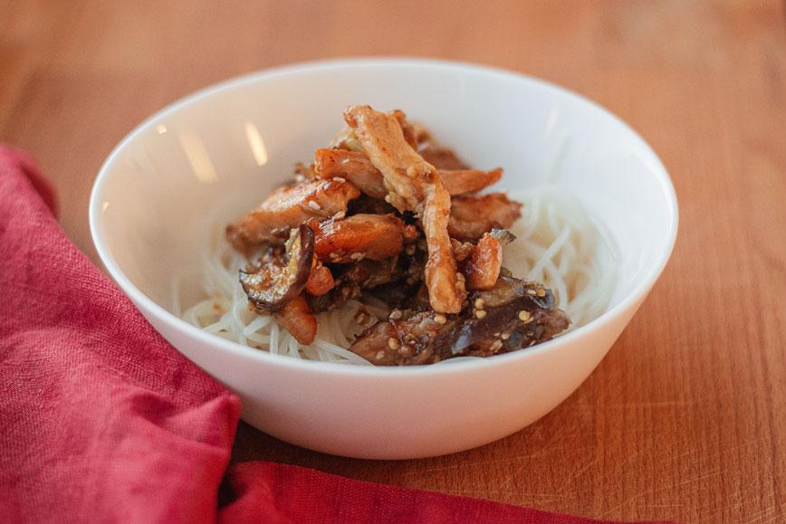 Блюдо из сезонных овощей: курица с баклажаном в китайском стиле