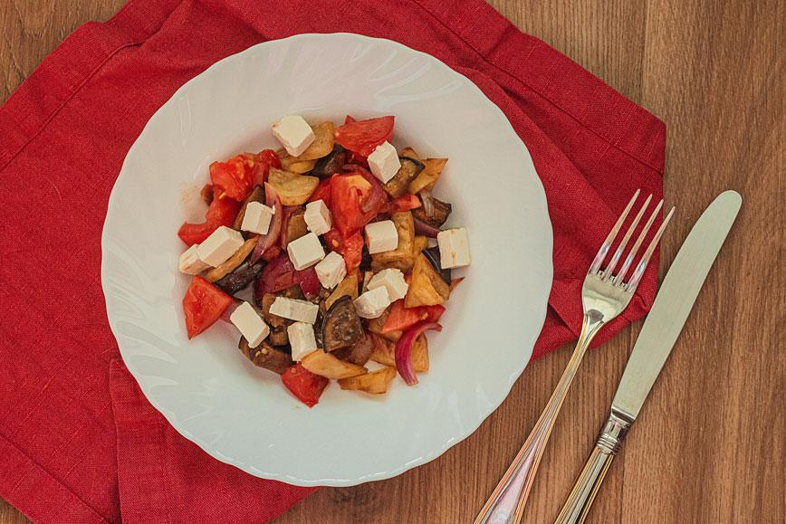 Тёплый салат с сезонными овощами и фетой
